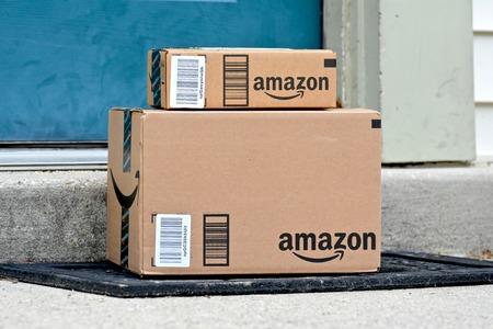 메릴랜드, 미국 - 2016 년 1 월 18 일 : Amazon 패키지의 이미지가 집으로 배달됩니다. Amazon은 미국에서 가장 큰 인터넷 기반 소매 업체입니다.