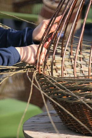 Creation of a wicker basket by a craftsman