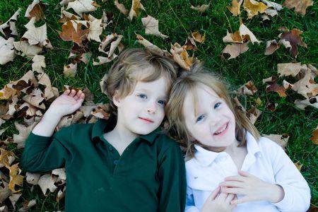 gemelos ni�o y ni�a: Jugar en el oto�o las hojas