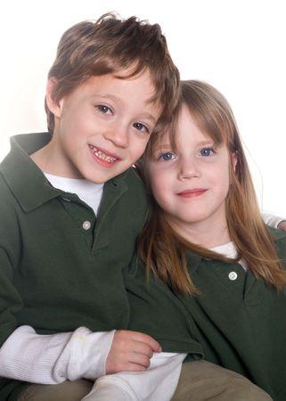 gemelos ni�o y ni�a: Twins en un fondo blanco