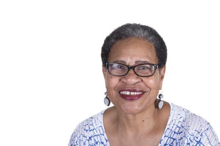 old aged: Oder donna con gli occhiali su bianco