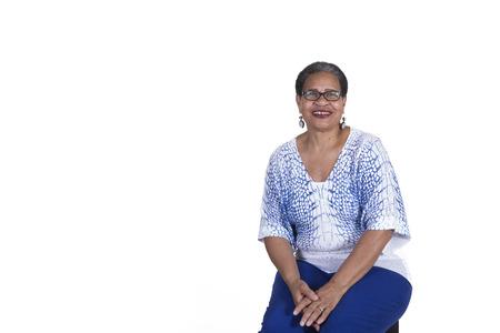 Oudere vrouw met een bril op wit