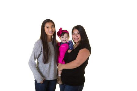 madre soltera: Una madre y sus 2 hijas aisladas en blanco