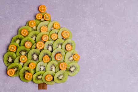 크리스마스 트리 키 위 및 kumquatas 나무 모양의했다