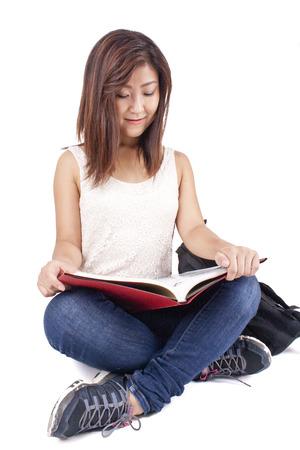 Belle fille asiatique �tudier et lire un livre Banque d'images