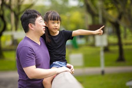 P�re et la fille asiatique en se amusant dans le parc Banque d'images