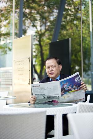 D'affaires asiatique de lecture de journaux