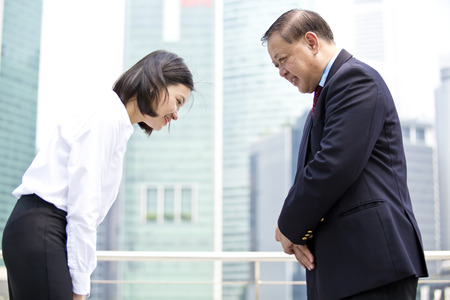 D'affaires asiatique jeunes et archet femmes cadres