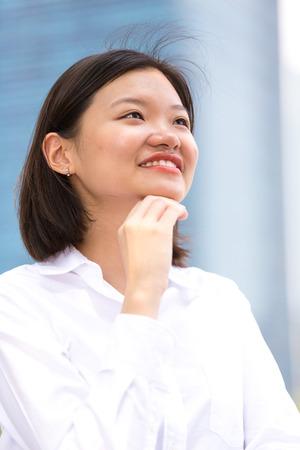 Jeune ex�cutif femme asiatique portrait souriant