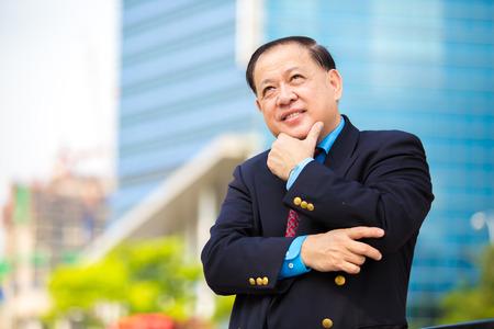 Senior businessman en costume portrait souriant