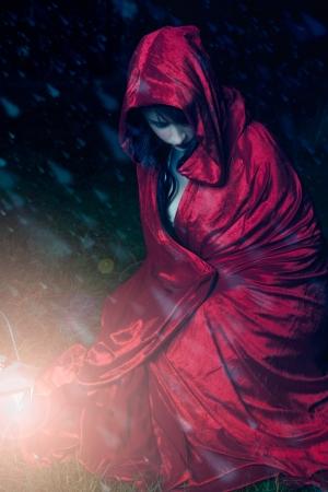 caperucita roja: Poco Red Riding cought campana en una tormenta de nieve Foto de archivo