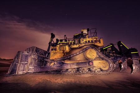 夜に大きなブルドーザー 写真素材