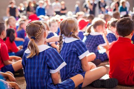 assembly: niños de la escuela en el montaje Foto de archivo