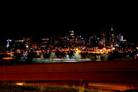 Downtown Denver Skyline sobre la noche de la rampa photo