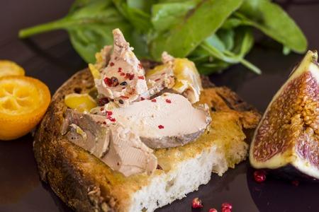 グルメ フランス産フォアグラのオープン サンドイッチ肥育アヒルやガチョウの肝臓から作られ、ライ麦パンに砂糖漬け乾燥オレンジ スライス添え