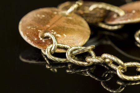 interlinked: Cierre de elegante cadena de oro Accesorios de moda en la cima de la tabla brillante. Foto de archivo