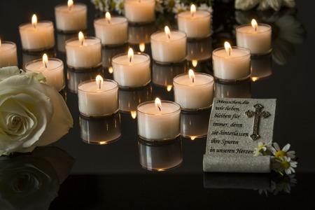 memorial cross: funeraria tarjeta backround negro luz de las velas en memoria