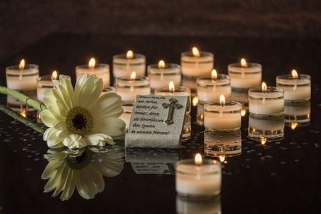 Funerale carta backround nero a lume di candela memoriale Archivio Fotografico - 47361034