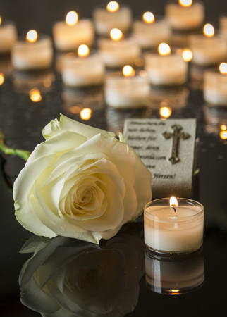 Funerale carta backround nero a lume di candela memoriale Archivio Fotografico - 47361042