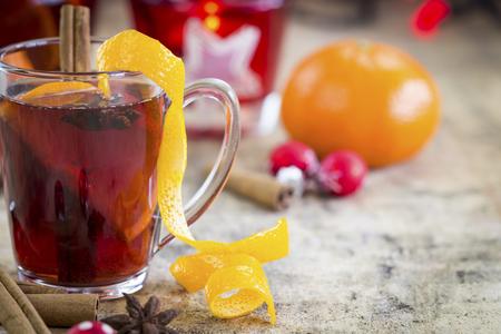 �pices: Gluhwein ou de vin rouge chaud avec des d�corations color�es de No�l rouges, les �pices et le zeste d'orange avec des oranges fra�ches enti�res et la cannelle pour une froide nuit d'hiver Banque d'images