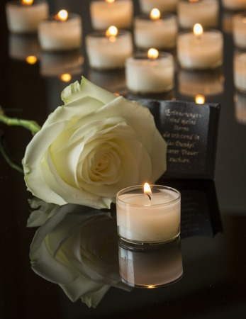 muerte: funeraria tarjeta backround negro luz de las velas en memoria