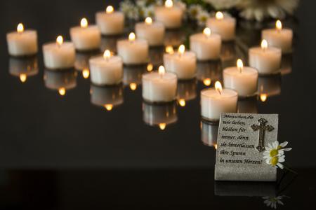 luto: funeraria tarjeta backround negro luz de las velas en memoria