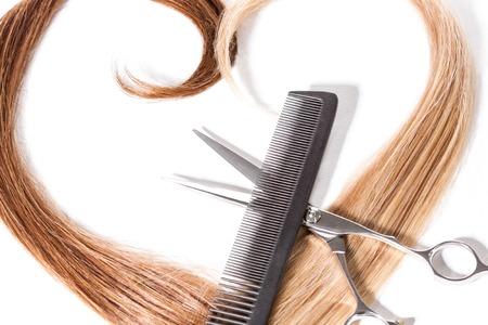 Primo piano di ciocche di capelli con pettine e forbici Archivio Fotografico - 50759968