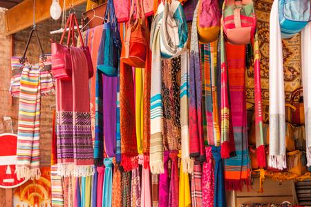 foulards: Vari sciarpe multicolori tessuti a mano in mostra a Marrakesh