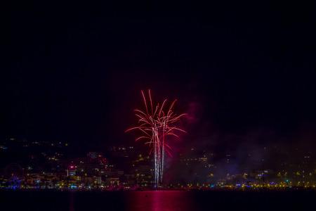 mimose: Summer Festival con Bright rosa fuochi d'artificio in città Waterfront, Bormes-les-Mimosas, Provenza-Alpi-Costa Azzurra, Francia Archivio Fotografico