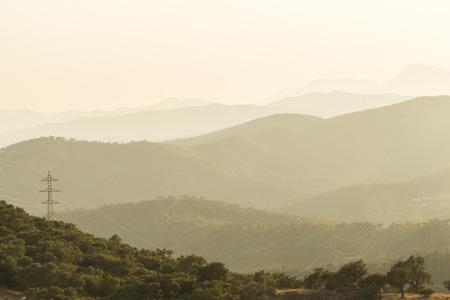 mimose: vista Hazy di righe di montagna in Francia sud-orientale Archivio Fotografico