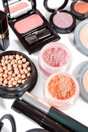productos de belleza: variada selección de cepillos a lo largo de los polvos de maquillaje lado, sombras de ojos, barras de labios de color rojo y rosa y compacta, con fundamento