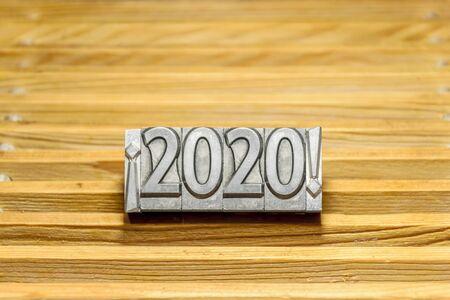 Felice anno nuovo 2020 su sfondo di doghe in legno con tipi di stampa tra punti esclamativi