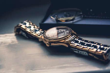 Montre dorée à plat sur une planche de bois Banque d'images - 80466576