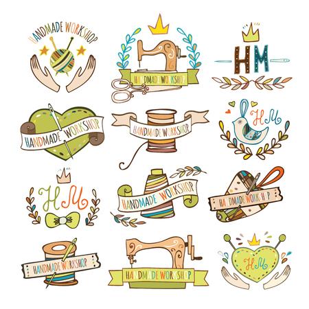 Set van de hand getekende logo's voor naai-atelier, handgemaakte workshop, winkel voor ambachten, producten voor het naaien, kleermaker. Handgemaakte workshop logo vintage vector set. Stock Illustratie