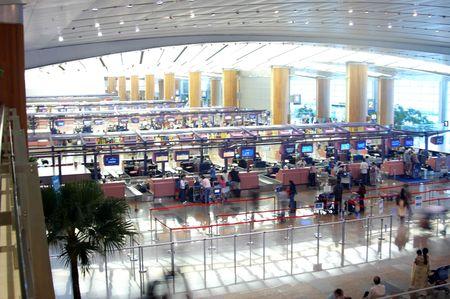 W hali odlotów lotniska. Deliberate rozmycie celu uniknięcia uznania osób