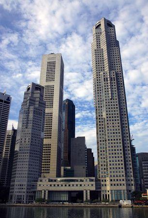 towering: Skycrapers a lo largo del r�o Singapur  Foto de archivo