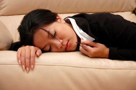 kobieta podjęciem meszek na kanapie