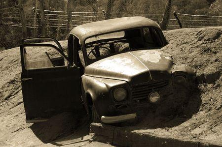 Samochód utknął w błocie po wypadku
