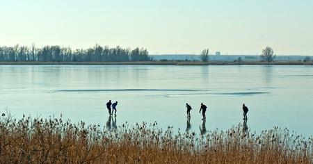 frozen lake: Men schaatsen op een bevroren meer Stockfoto