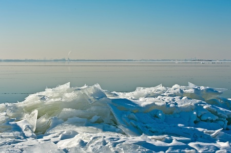 drifting ice: Drifting ice on the shore of a lake