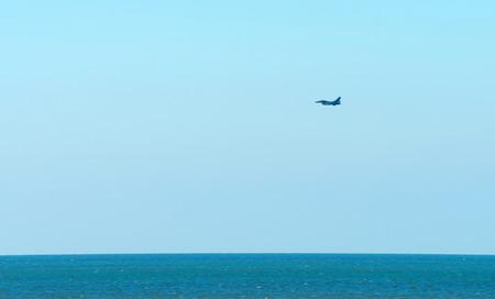 avion de chasse: Avions militaires survolant la mer du Nord Banque d'images