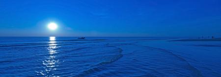 夏に海の上月光します。 写真素材