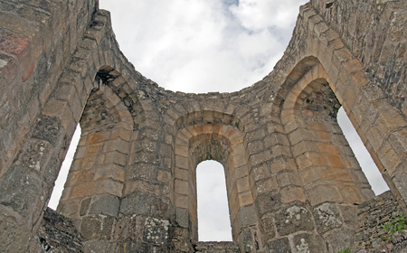 gelding: Ruin of an ancient abbey in sunlight