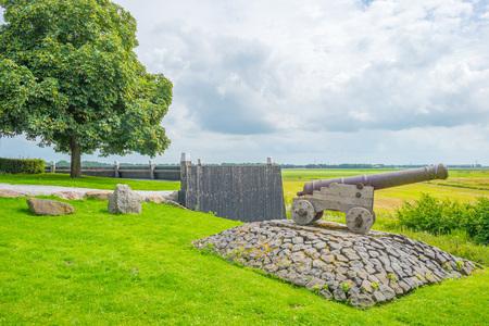 Houten muur die een eiland beschermt tegen een voormalige zee