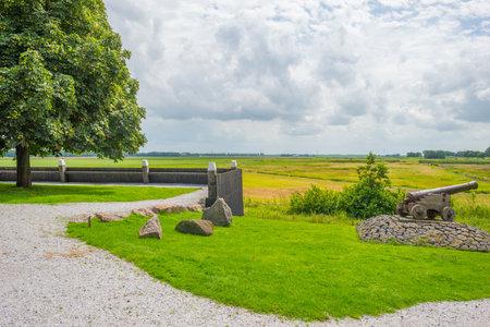 Eiland en nederzetting in teruggewonnen land van de zee in de zomer Redactioneel