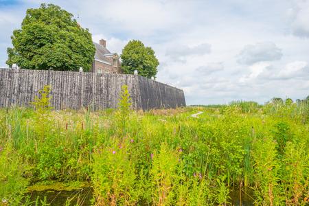 Eiland en nederzetting in teruggewonnen land van de zee in de zomer Stockfoto