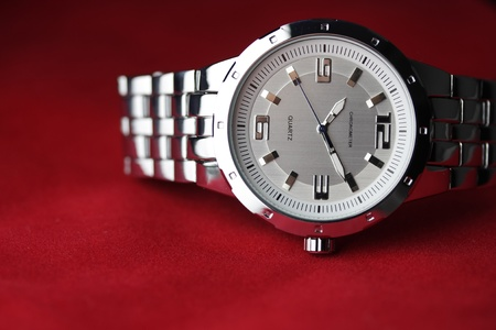wrist watch layng on red velvet Standard-Bild