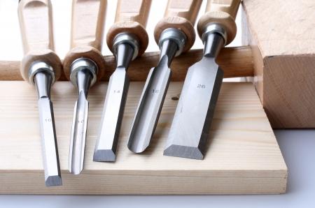 hammer, set of chisels and wooden plate Standard-Bild