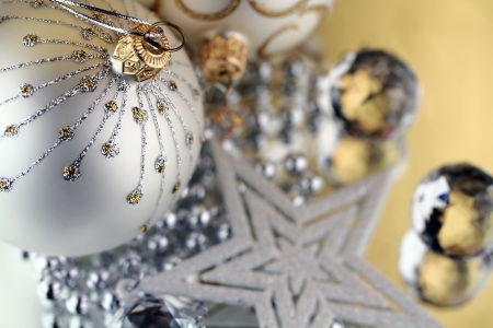 Two Christmas baubles, Cristal sphere and star golden background with reflections Standard-Bild