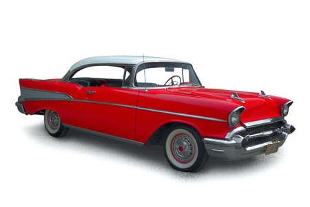 coche antiguo: Cl�sico coche rojo con molduras de cromo pulido, sobre un fondo blanco  Foto de archivo